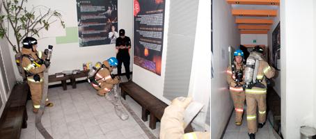 '대학로 소극장사고대응 대피훈련'에서 안전 시설을 점검하고 대피 요령을 설명하는 소방관들.